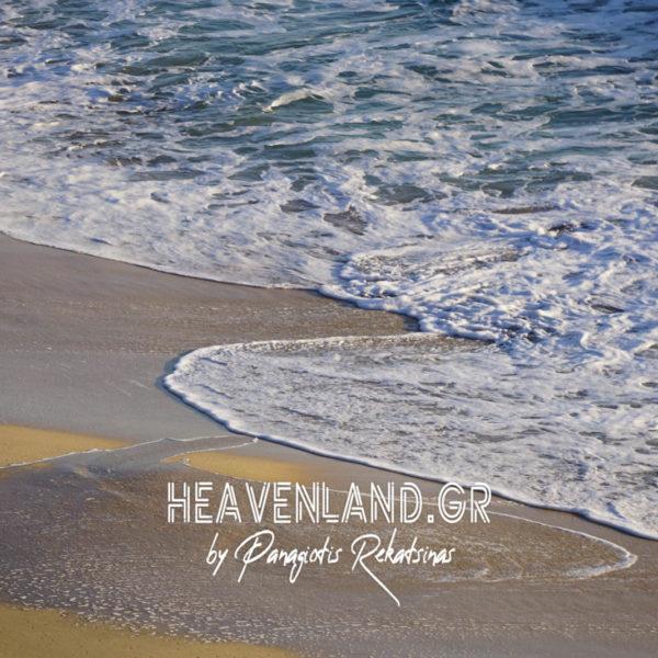 Το Κύμα Σχεδιάζει Όμορφες Φωτογραφίες στην Άμμο..